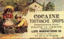 """Isto mesmo...propaganda para o consumo da substância que atualmente é o flagelo de nossa sociedade, a """"Cocaina"""". Conhecendo a cocaína como o que ela é hoje, é difícil acreditar que a substância já foi promovida como uma droga milagrosa, vendida e elogiada por algumas das maiores mentes na história da medicina, incluindo Sigmund Freud e pioneiro cirurgião William Halsted.Segundo o historiador Howard Markel, a cocaína foi promovida até mesmo por Thomas Edison, pela Rainha Vitória e pelo Papa Leão XIII.Em 1884, Sigmund Freud era um jovem médico em Viena, lutando para ganhar a vida e ser mundialmente famoso. Ele só precisava de uma descoberta: e achou que a tivesse encontrado. Ele escreveu sobre a cocaína para sua futura esposa: """"Se tudo correr bem, vou escrever um ensaio sobre ela e espero que ganhe seu lugar na terapêutica, ao lado da morfina e superior a ela. Eu tomo pequenas doses regularmente contra a depressão e contra a indigestão, e com o mais brilhante de sucesso"""". Foi uma estreia explosiva que ecoaria um século depois, quando a cocaína ressurgiu como um tipo diferente de droga milagrosa: o tipo que poderia ajudá-lo a festar a noite toda, sem efeitos nocivos ou risco de vício. A história nos conta, no entanto, que tal entusiasmo passou, e a explosão deixou destroços de vidas humanas para trás. Freud não foi o primeiro a escrever sobre a cocaína. A droga é derivada da planta de coca, que os nativos da América do Sul mascaram durante séculos e ainda mascam. Em 1880, uma série de empresas teve sucesso em criar uma versão concentrada da planta: cloridrato de cocaína, dezenas a centenas de vezes mais poderoso do que mastigar uma folha de coca. Na década de 1880, a literatura médica consistia em relatos de casos da droga. Médicos escreviam sobre tentativas e erros com pacientes. De acordo com o historiador Markel, Freud devorou esses relatórios e escreveu seu próprio. O resultado, em 1884, foram 70 páginas de homenagem ao pó branco que Freud pensou que podia ser uma """