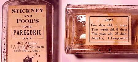 """Propaganda inacreditável do começo do século XX: Ópio para bebês recém-nascidos Antigamente para aquietar bebês recém-nascidos não era necessário um grande esforço dos pais, mas sim, a potente substância entorpecente """"ópio"""". Esse frasco de paregórico (sedativo) da Stickney and Poor era uma mistura de ópio de álcool que era distribuída do mesmo modo que os temperos pelos quais a empresa era conhecida. """"Dose – Para crianças com cinco dias, 3 gotas. Duas semanas, 8 gotas. Cinco anos, 25 gotas. Adultos, uma colher cheia."""" O produto era muito potente, e continha 46% de álcool."""