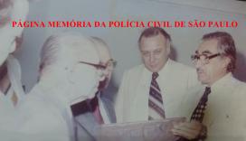 O saudoso Delegado Gabriel Jano (de óculos à direita), que juntamente com o Delegado Edson Reis Longhi, os quais comandados pelo Titular Josecir Cuoco e Diretor do DEIC Sérgio Fernando Paranhos Fleury (ao centro), foram os precursores na implantação no primeiro trabalho de inteligência em crimes contra o patrimônio no País, através do SIE- Serviço de Investigações Especiais da DISCCPAT- DEIC. Foto de 1.978.