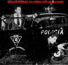 Viatura da RONE- Ronda Noturna Especial, com dois investigadores em ação policial, em maio de 1.958. Blog: https://memoriadapoliciacivildesaopaulo.com/ Marcar fotoAdicionar localEditar