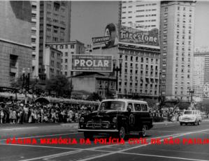 Viatura Chevrolet Amazona, da RONE- Ronda Noturna Especial, R 2, participando de desfile no Vale do Anhangabaú, na década de 60.