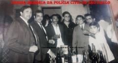 """Festa do casamento do Investigador da RONE, Antônio Carlos Chiamarelli """"Buda"""", em 09/01/1971. À partir da esquerda, Investigadores (?), (?), (?), Tadeu Pereira, """"Buda"""", (?) e (?). (Acervo do filho Emerson Chiamarelli)."""