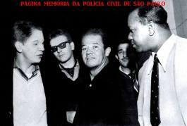 """Guarnição da RUDI 3- Ronda Unificada do Departamento de Investigações, composta pelos Investigadores Washington Gomes de Campos """"Campinho"""", Lazaro da Silva """"Lazinho"""", Ivan Garcia, DelegadoEstagiário Berardino Fanganiello """"Bera"""" (atualmente importante empresário na área de segurança; e Investigador """"Carioca"""", em 1.963. (acervo do Advogado Dermeval Gomes Campos """"Campinho"""")."""