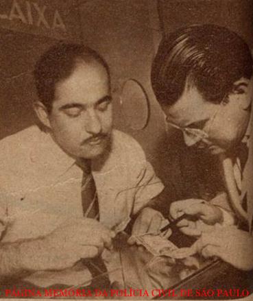 Investigador Fidêncio Lima do Serviço Reservado do DI- Departamento de Investigações de São Paulo, investigando quadrilha de falsários de dolar, em maio de 1.950.