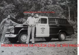 Viatura da RONE Norte- Ronda Unificada Noturna e respectivos componentes, o Agente Policial Miguel Capitão Garcia e Investigador Walter Edgar Hauer, na Serra da Cantareira/SP, em agosto de 1.972. https://www.facebook.com/MemoriaDaPoliciaCivilDoEstadoDeSaoPaulo/photos/a.399685730154004.1073741858.282332015222710/1230178657104703/?type=3&theater