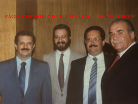 Dependências da Diretoria do DETRA, em 1.988. Delegado Romeu Tuma; Investigador Sebastião Pereira; Delegados Massilon José Bernardes e Nerval Ferreira Braga.