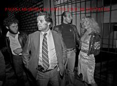 """Operação policial na Boca do Lixo, 1980, durante o governo de Paulo Maluf, o Delegado José José Wilson Richetti assumiu a Delegacia Seccional Centro do DEGRAN (atual DECAP) e criou a """"Operação Cidade"""", que tinha como objetivo prender traficantes e assaltantes, mas também com vistas ao lenocínio. Em primeiro plano o Investigador Waldemar """"Pisca""""."""