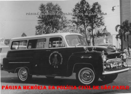 """Viatura Chevrolet GM Amazona (sem o """"s"""" no final),TR- R.2 da RONE- Ronda Especial Noturna, da 6ª Divisão Policial, década de 1960), com guarnição composta por policiais da extinta Guarda Civil do Estado de São Paulo."""