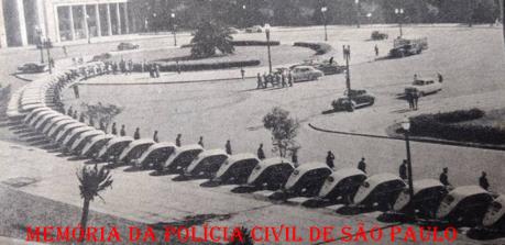 Viaturas entregues pelo Governador do Estado de São Paulo Carlos Alberto Alves de Carvalho Pinto para a Polícia Civil, defronte o estadio do Pacaembú, no inicio da década de 60. https://www.facebook.com/MemoriaDaPoliciaCivilDoEstadoDeSaoPaulo/photos/a.282375325218379.65301.282332015222710/1100731646716072/?type=3&theater