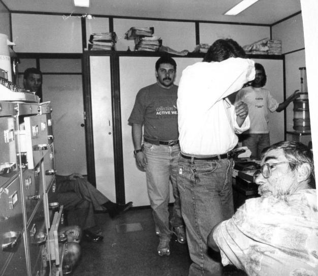 """Delegacia de Estelionato do DEIC, em 1982, Investigadores Volpe, o grande """"expert"""" em crimes de estelionato João Souza """"João Mongoba"""" (de barba em primeiro plano) """"in memoriam"""" e Douglas. https://www.facebook.com/MemoriaDaPoliciaCivilDoEstadoDeSaoPaulo/photos/a.1013664612089443.1073741897.282332015222710/1247525032036732/?type=3&theater"""