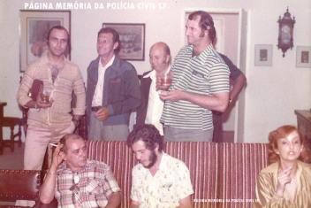 """Equipe de Policiais Civis da DIG- DEIC, em festa do apartamento do Delegado Nerval Ferreira Braga """"in memoriam"""", no final da década de 70. A partir da esquerda de pé: Investigadores Jonas Filho, Melchiades, """"Pacú"""", Horácio e Dorival Brugunholli. Sentados a partir da esquerda: Investigadores Shimdt, Cláudio Rodrigues e a esposa do Delegado Expedito Marques Pereira. https://www.facebook.com/MemoriaDaPoliciaCivilDoEstadoDeSaoPaulo/photos/a.1013664612089443.1073741897.282332015222710/421634427959134/?type=3&theater"""