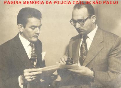 O saudoso Delegado Hilkias de Oliveira, quando era investigador de polícia, em uma investigação, com o papiloscopista Clayton examinando uma impressão digital, na década de 60. https://www.facebook.com/MemoriaDaPoliciaCivilDoEstadoDeSaoPaulo/photos/a.334989943290250.1073741838.282332015222710/1054036998052204/?type=3&theater
