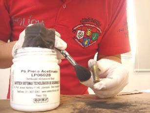 Impressões Digitais em Cartuchos Deflagrados: Professores da Academia de Polícia, da área de papiloscopia, com o objetivo de revelar fragmentos papilares em cápsulas deflagradas, realizaram testes utilizando uma pistola .40 e .45 e um revólver .38. Os disparos foram realizados no estande da Academia, as munições eram novas, as .40 e .45 ACP, e a .38 Spl, já os exames para revelar os fragmentos foram realizados no laboratório de papiloscopia, que também fica no prédio da Academia, e foram utilizados os seguintes materiais: uma câmara ou capela, um umidificador o reagente químico cianoacrilato, pós reveladores e pincel de pelos. No dia 11 de julho, foram realizados trinta disparos com a pistola .40 ACP, em seguida as capsulas foram inseridas na câmara e foram umidificadas, foi utilizado o reagente químico cianoacrilato e pós reveladores, no entanto não foram revelados fragmentos com qualidade para identificação e individualização de suspeitos. Na data do dia 12 de julho, foram realizados cinqüenta disparos com a pistola .45 ACP e trinta e seis disparos com o revólver .38 Spl, foi realizado o mesmo procedimento anterior, e novamente não foram revelados fragmentos nas cápsulas .45 ACP, no entanto, nas cápsulas .38 Spl, foi um sucesso, todas as cápsulas revelaram fragmentos e em 29 delas com qualidade suficiente para identificar e individualizar a pessoa responsável por municiar a arma. No dia 13 de julho foram realizados mais trinta disparos com o revólver .38, desta vez as cápsulas ficaram expostas ao sol por dois dias, e no dia 15 de julho foram inseridas na câmara e umidificadas por dois minutos e foi utilizado o reagente químico cianoacrilato por 40 segundos em seguida pós reveladores e novamente foram revelados fragmentos com qualidade suficiente para realizar exames de confronto papiloscópico. Assim, podemos concluir que um paradigma foi quebrado, afinal, afirmavam que não era possível revelar fragmentos em cápsulas deflagradas devido ao calor excessivo após os di